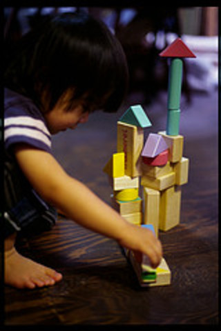 Child_w_building_blocks